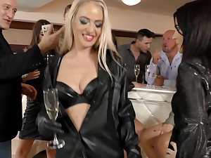 Lovely babes Bella Bereta and the brush friends want to bang together