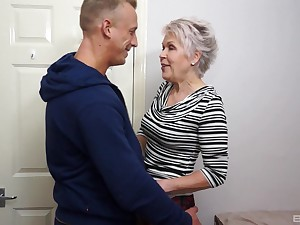 Snappish haired mature granny Laddie Sextacy fucked and gets a facial